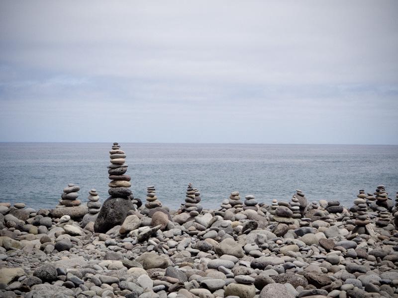Steenmannetjes op Sao Vicente strand, Madeira